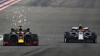 Max Verstappen a Antonio Giovinazzi v závodě v Bahrajnu