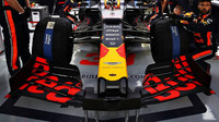Přední křídlo vozu Red Bull před závodem v Bahrajnu
