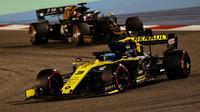 Daniel Ricciardo v zádodě v Bahrajnu