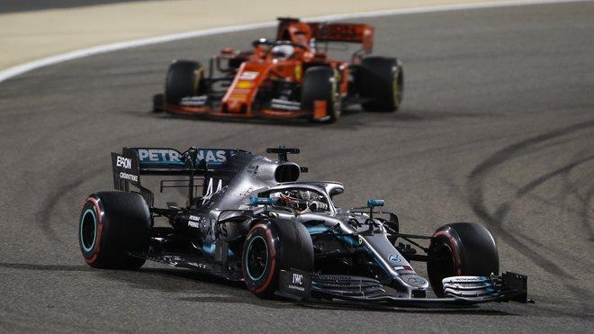Lewis Hamilton před Sebastianem Vettelem