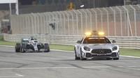 Lewis Hamilton za Safety carem v závěru závodu v Bahrajnu