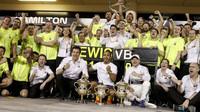 Tým Mercedes slaví vítězství v závodě v Bahrajnu