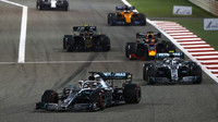 Lewis Hamilton a Valtteri Bottas v závodě v Bahrajnu