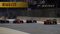 Předjíždění po startu závodu v Bahrajnu