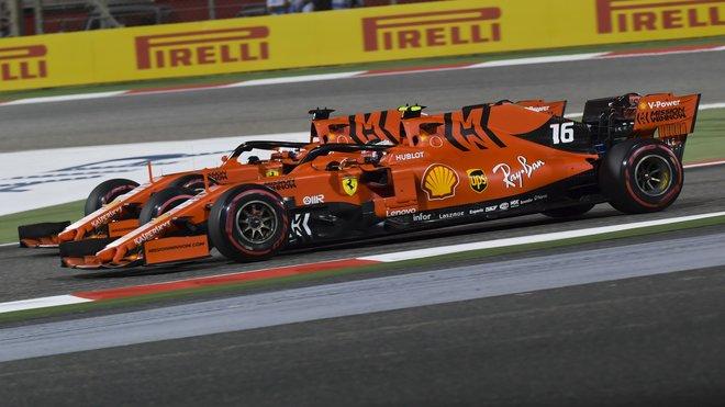 Vzájemný souboj Leclerca s Vettelem, který si vedení Ferrari nepřálo vidět