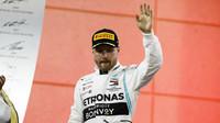 Valtteri Bottas na pódiu po závodě v Bahrajnu