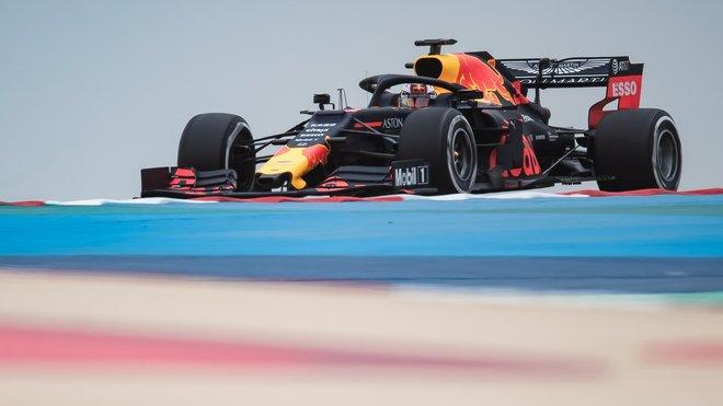 Max Verstappen s Red Bullem RB15 během testů v Bahrajnu