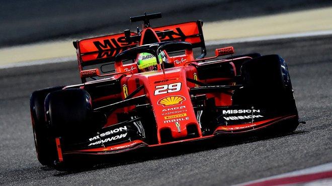 Mick Schumacher s Ferrari během sezónních testů v Bahrajnu