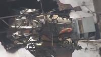 Letecké záběry ukazují několik poškozených vozidel Porsche ze sbírky Ingram Collection, jejíž budovu poškodil výbuch plynu (Twitter/Spectrum News RDU)