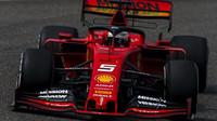Sebastian Vettel s Flow-visem při tréninku v Číně