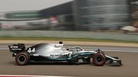 Lewis Hamilton při tréninku v Číně