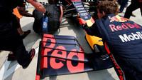 Přední křídlo vozu Red Bull při tréninku v Číně