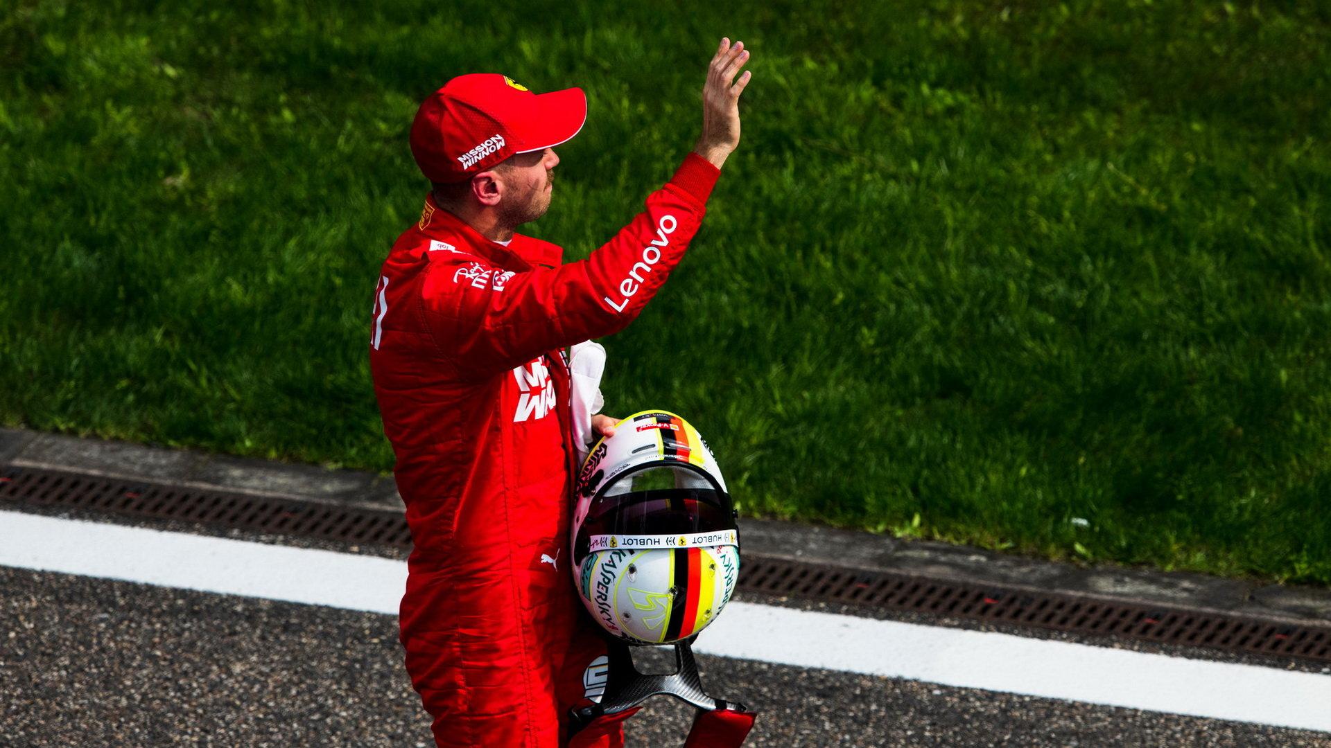 Sebastian Vettel mává svým fanouškům