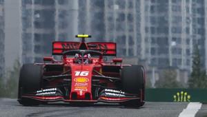 Ostuda v Baku: 1. trénink po problémech s tratí zrušen! Měřená kola stihlo jen Ferrari + VIDEO - anotační obrázek