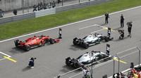 Mercedesy a Vettelovo Ferrari na startovním roštu v Číně