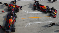 Pierre Gasly a Max Verstappen v kvalifikaci v Číně