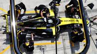 Daniel Ricciardo při zastávce v boxech