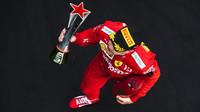 Sebastian Vettel se svou trofejí za třetí místo po závodě v Číně