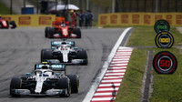 Valtteri Bottas a Lewis Hamilton v závodě v Číně
