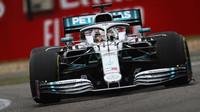 Hamilton na úvod v Monaku před Verstappenem, Ferrari ztrátu snížilo, Haasy viděly černou vlajku - anotační foto