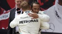 Valtteri Bottas a Lewis Hamilton po závodě v Číně