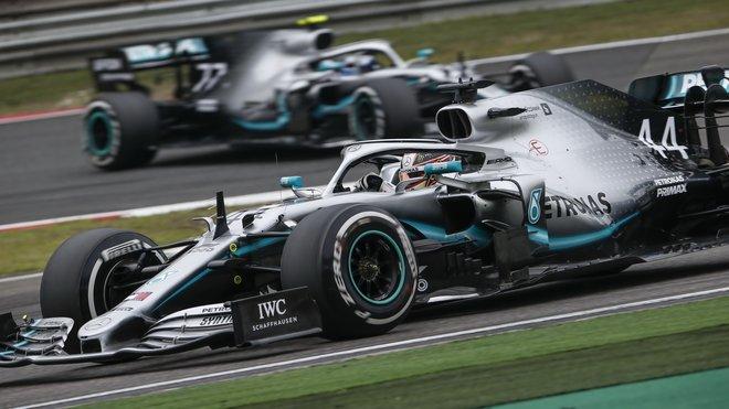 Mercedes svým náskokem soupeře zaskočil
