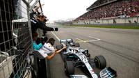 Lewis Hamilton v cíli závodu v Číně