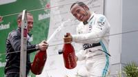 Lewis Hamilton slaví vítězství po závodě v Číně