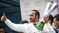 Lewis Hamilton slaví vítězství v závodě v Číně