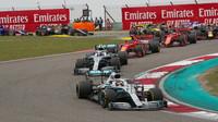 Lewis Hamilton a Valtteri Bottas po startu závodu v Číně