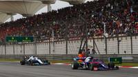 Daniil Kvjat a Robert Kubica v závodě v Číně