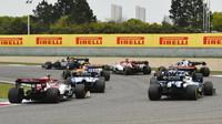 Antonio Giovinazzi a Robert Kubica v závodě v Číně