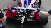 Zadní křídlo a výfuk vozu Racing Point před závodem v Číně