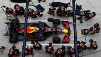 Nejrychleji přezouval Red Bull, Mercedes potěšil zdařilou dvojzastávkou. Jaké strategie týmy volily? - anotační obrázek