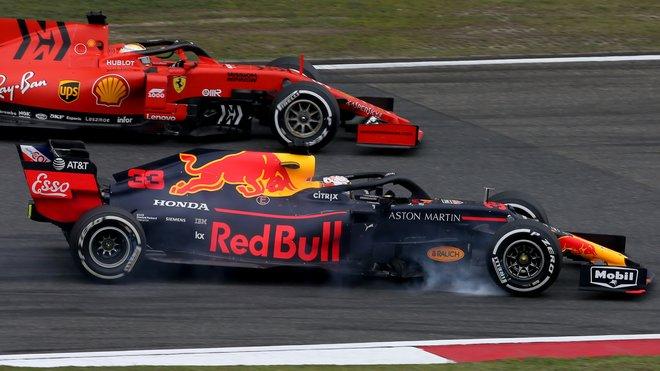 Max Verstappen v souboji se Sebastianem Vettelem