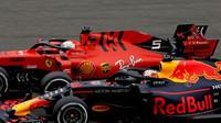 Max Verstappen a Sebastian Vettel v závodě v Číně