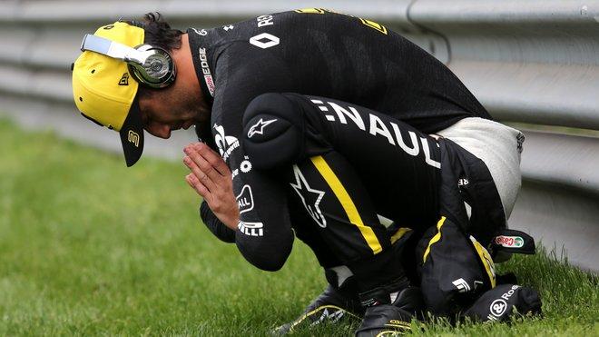 Daniel Ricciardo se rozcvičuje před závodem v Číně