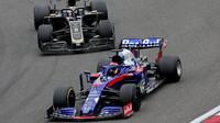 Daniil Kvjat a Romain Grosjean v závodě v Číně