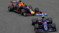Alexander Albon a Max Verstappen v závodě v Číně