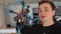 Pilot dronu pořídil naprosto úchvatné záběry driftujících aut (YouTube/Johnny FPV)