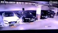 Bezpečnostní kamery zachytily záhadné vznícení Tesly Model S