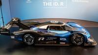 Elektrický závodní prototyp Volkswagen I.D. R je připraven na rekordní kolo na náročném okruhu Nürburgring