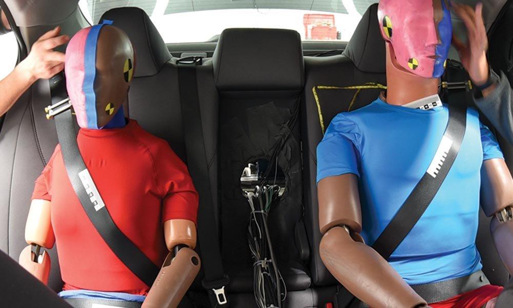 Pásy na zadních sedačkách jsou prý nebezpečné, tvrdí Američané. Co se jim nelíbí? - anotační obrázek