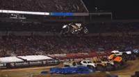 Colton Eichelberger se svým pětitunovým Monster Truckem stanovil nový rekord ve skoku do dálky (YouTube/Autoweek Mike)