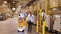 V jedné z továren Fordu rozváží materiál na místo určení robot, vybavený autonomním řízením
