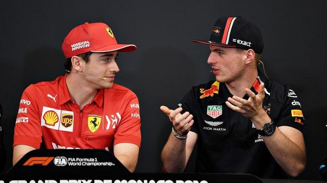Charles Leclerc a Max Verstappen na tiskovce v Monaku