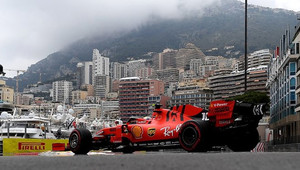 Ve třetím tréninku Leclerc v čele před oběma Mercedesy, Vettel skončil v bariéře - anotační obrázek
