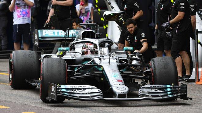 Mechanici Mercedesu stihli těsně před startem dát vůz Lewise Hamiltona dohromady