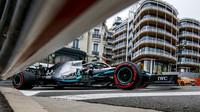 V kvalifikaci vítězí Hamilton před Bottasem, Leclerc po špatném rozhodnutí Ferrari vypadl už v Q1! - anotační obrázek