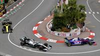 Daniil Kvjat a Lewis Hamilton v tréninku v Monaku